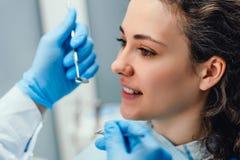 Dentysta egzamininuje oralnego zag??bienie m?ody pacjent na dentysty krze?le Boczny widok Zamyka w g?r? widok obraz royalty free