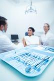 Dentysta i asystent z żeńskim pacjentem Fotografia Royalty Free