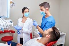 Dentysta i asystent z pacjentem zdjęcia royalty free