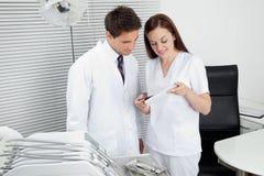 Dentysta I asystent Z Stomatologicznym raportem Obrazy Royalty Free