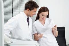 Dentysta I asystent Z Stomatologicznym raportem Obrazy Stock