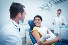 Dentysta i asystent z uśmiechniętym żeńskim pacjentem Fotografia Royalty Free