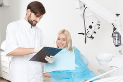 Dentysta i jego żeński pacjent w klinice Obraz Stock