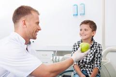 Dentysta i mały pacjent. zdjęcia royalty free