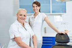 Dentysta i stomatologiczny asystent w stomatologicznej praktyce zdjęcie stock