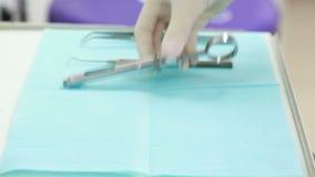 Dentysta kłaść out narzędzia na stole zdjęcie wideo
