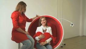 Dentysta komunikuje z młoda kobieta klientem zbiory wideo