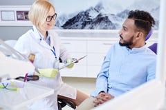 Dentysta konsultacja w Nowożytnym biurze zdjęcie royalty free