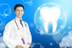 Dentysta lekarka pokazuje Zdrowego ząb z rozjarzonym pojęciem zdjęcie stock