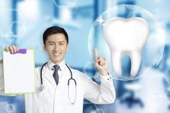 Dentysta lekarka pokazuje Zdrowego ząb z rozjarzonym pojęciem obraz stock