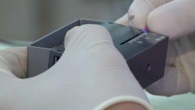 Dentysta mierzy długość igła zdjęcie wideo