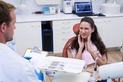 Dentysta opowiada żeński pacjent fotografia stock