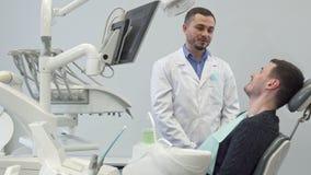 Dentysta opowiada jego męski klient zbiory