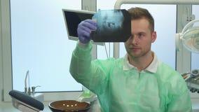 Dentysta podnosi promieniowanie rentgenowskie światło zbiory