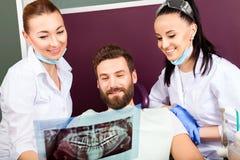 Dentysta pokazuje cierpliwego promieniowanie rentgenowskie zęby Zdjęcie Stock