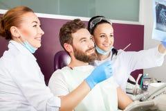 Dentysta pokazuje cierpliwego promieniowanie rentgenowskie zęby Obraz Stock