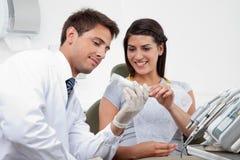 Dentysta Przepisuje ząb pastę pacjent Zdjęcie Royalty Free