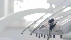 Dentysta ręka bierze stomatologicznego wyposażenie zdjęcie wideo