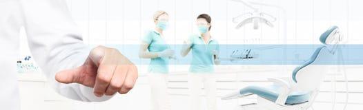 Dentysta ręki dotyka ekran na stomatologicznej klinice z dentysty ` s krzesłem fotografia stock