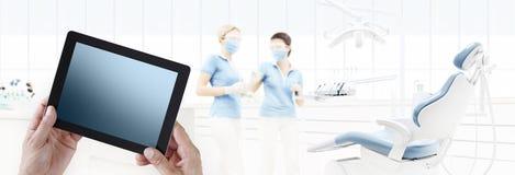 Dentysta ręki dotyka pastylki cyfrowy ekran na stomatologicznej klinice z d zdjęcie stock