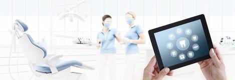 Dentysta ręki dotyka pastylki ekranu zębów cyfrowe ikony i symbole ilustracja wektor
