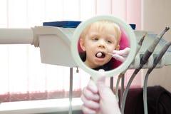 Dentysta robi miarowemu stomatologicznemu badania kontrolne chłopiec zdjęcie stock