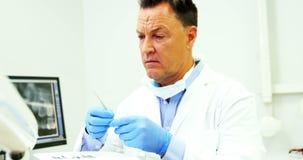 Dentysta sprawdza narzędzia w stomatologicznej klinice zbiory wideo
