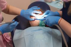 Dentysta taktuje child's zęby Z?bu pi?kno i zdrowie obraz royalty free