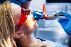 Dentysta taktuje zęby Fotografia Stock
