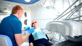 Dentysta taktuje zęby zdjęcie wideo