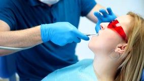 Dentysta taktuje zęby zbiory wideo