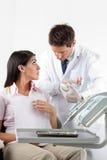 Dentysta Używa zęby Modeluje Podczas gdy Wyjaśniać Stomatologiczny Zdjęcia Stock