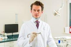 Dentysta w jego operaci, trzyma świder Zdjęcie Stock