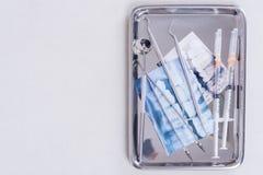 Dentysta wytłacza wzory wyposażenie i zębu promieniowania rentgenowskiego film w tacy Obraz Stock