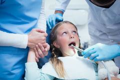 Dentysta z asystentem egzamininuje dziewczyna zęby Obrazy Royalty Free