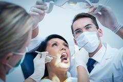 Dentysta z asystentem egzamininuje kobieta zęby Obrazy Stock