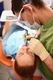 Dentysta zaczyna pospolitą operację cleaning kobiety usta zdjęcie royalty free