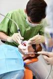 Dentysta zaczyna pospolitą operację cleaning kobiety usta obrazy stock