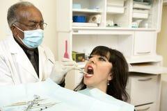 Dentysty ciągnięcia zęby Obrazy Royalty Free