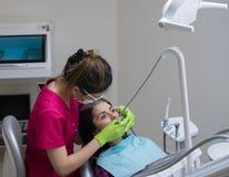 Dentysty cleaning zęby kobieta obraz royalty free