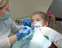 Dentysty egzamininować obrazy stock