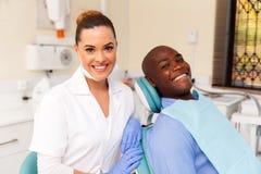 Dentysty i afrykanina pacjent Obrazy Royalty Free