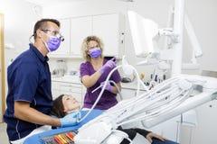 Dentysty I kobiety Pomocniczy Patrzeje ekran Podczas gdy Egzamininujący P Obraz Royalty Free