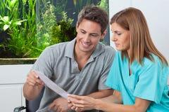 Dentysty I pacjenta czytania raport Obrazy Stock
