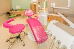 Dentysty nowożytny pokój z wyposażeniem i narzędziami Obrazy Royalty Free