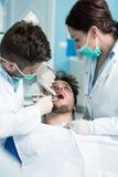 Dentystyki edukacja Męski dentysta lekarki nauczyciel wyjaśnia traktowanie procedurę Fotografia Stock