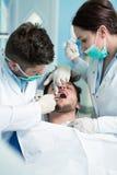 Dentystyki edukacja Męski dentysta lekarki nauczyciel wyjaśnia traktowanie procedurę Obraz Royalty Free
