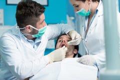 Dentystyki edukacja Męski dentysta lekarki nauczyciel wyjaśnia traktowanie procedurę Zdjęcie Stock
