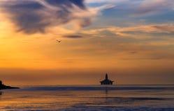 Denvästra kusten av den Sakhalin ön Solnedgång på havet fotografering för bildbyråer