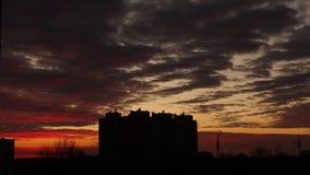 Denvåning byggnaden mot bakgrunden av en solnedgång arkivfilmer